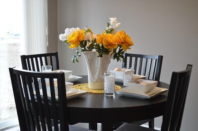 une table dans une petite salle à manger