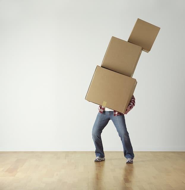 homme avec cartons de déménagement