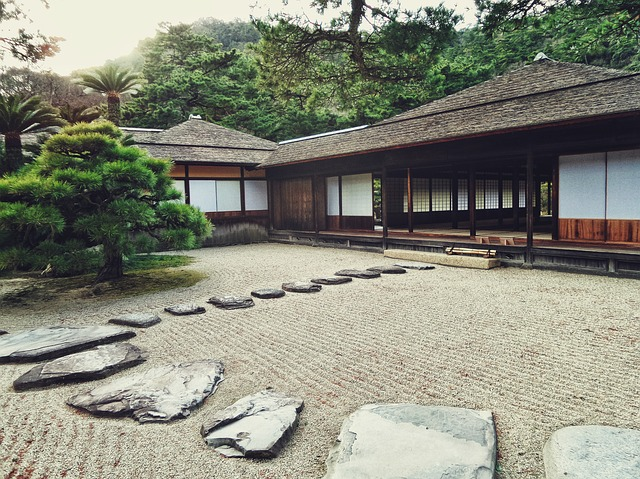 jardin en pierres d'une maison