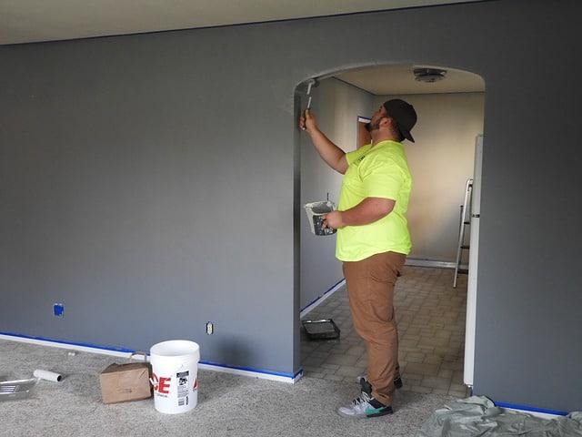 un homme rénovant sa maison