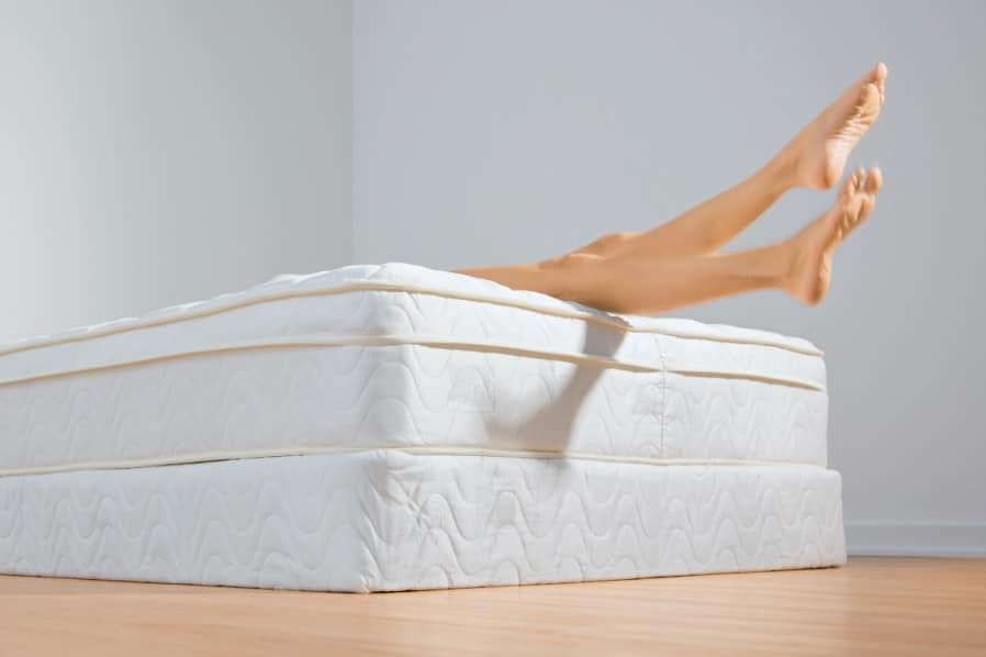 pieds qui dépasse du lit