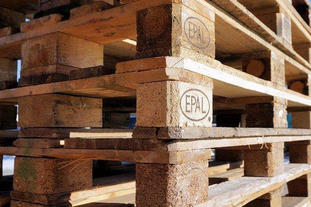 palettes empilées en bois