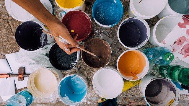 plusieurs pots de peinture ouverts
