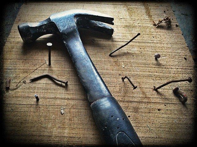 un marteau avec des clous