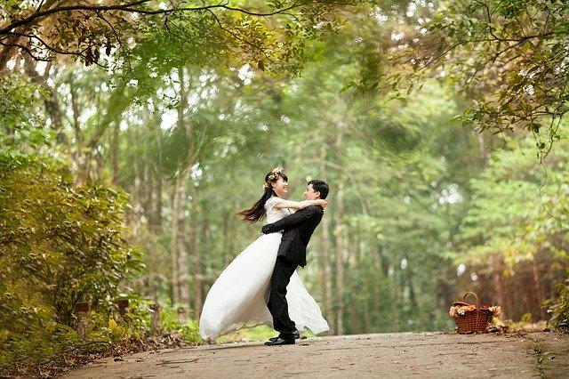 couple marié dans un jardin