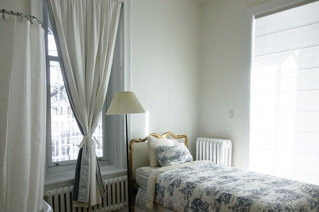 lit proche de la fenêtre