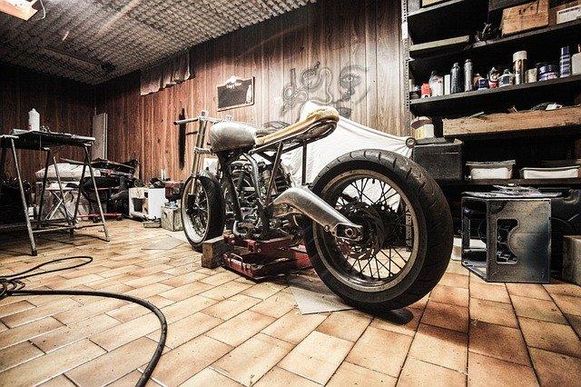 moto dans un vieux garage