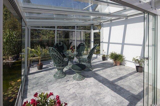 fauteuils dans une serre de jardin