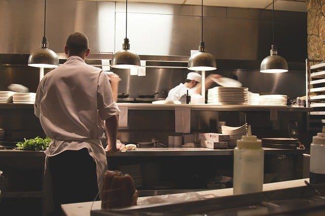 une cuisine pro avec des chefs