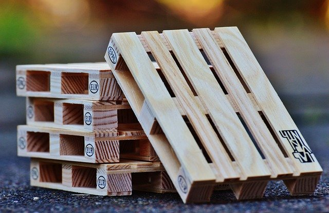 palettes en bois sur le goudron