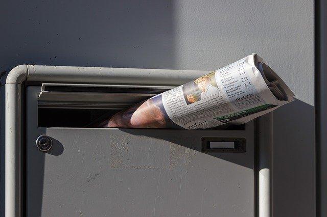journal dans une boite aux lettres en alu
