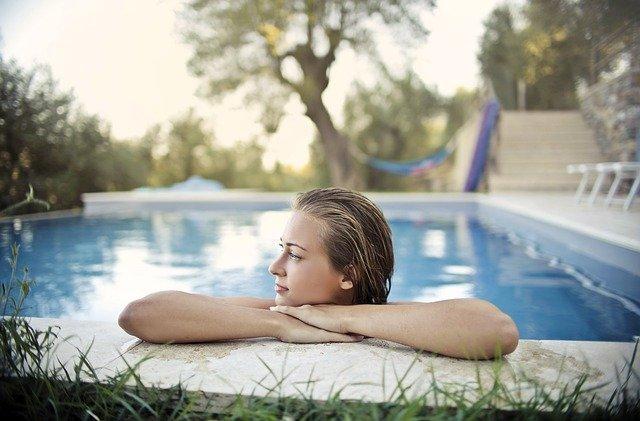femme dans une piscine de jardin