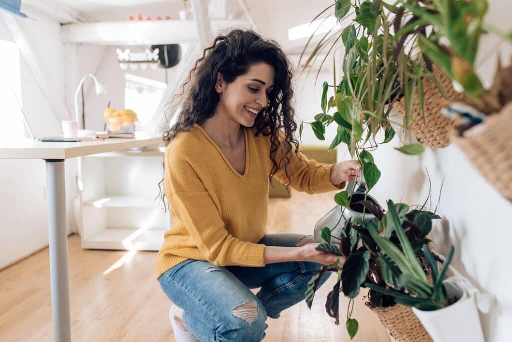 femme s'occupant de ses plantes