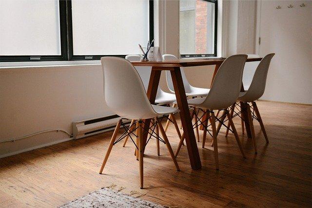 table en bois dans un salon