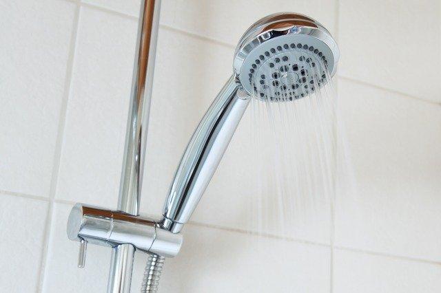 eau chaude qui tombe du pommeau de douche