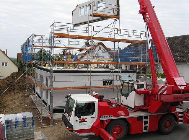 société construisant un étage de maison