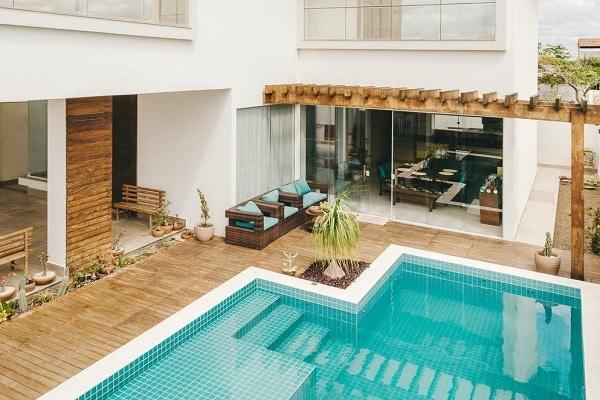 belle terrasse autour d'une piscine