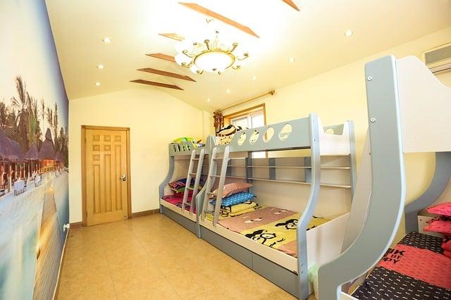 plusieurs lits superposés dans une chambre