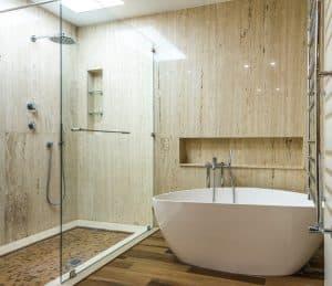 Petite salle de bain avec une baignoire et une grande douche