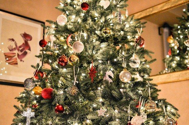 arbre de noel artificiel dans le salon