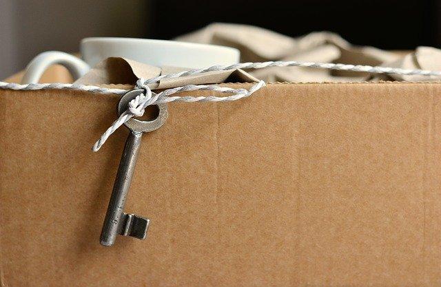 carton de déménagement avec une clé