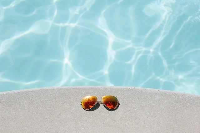 de l'eau dans une belle piscine claire